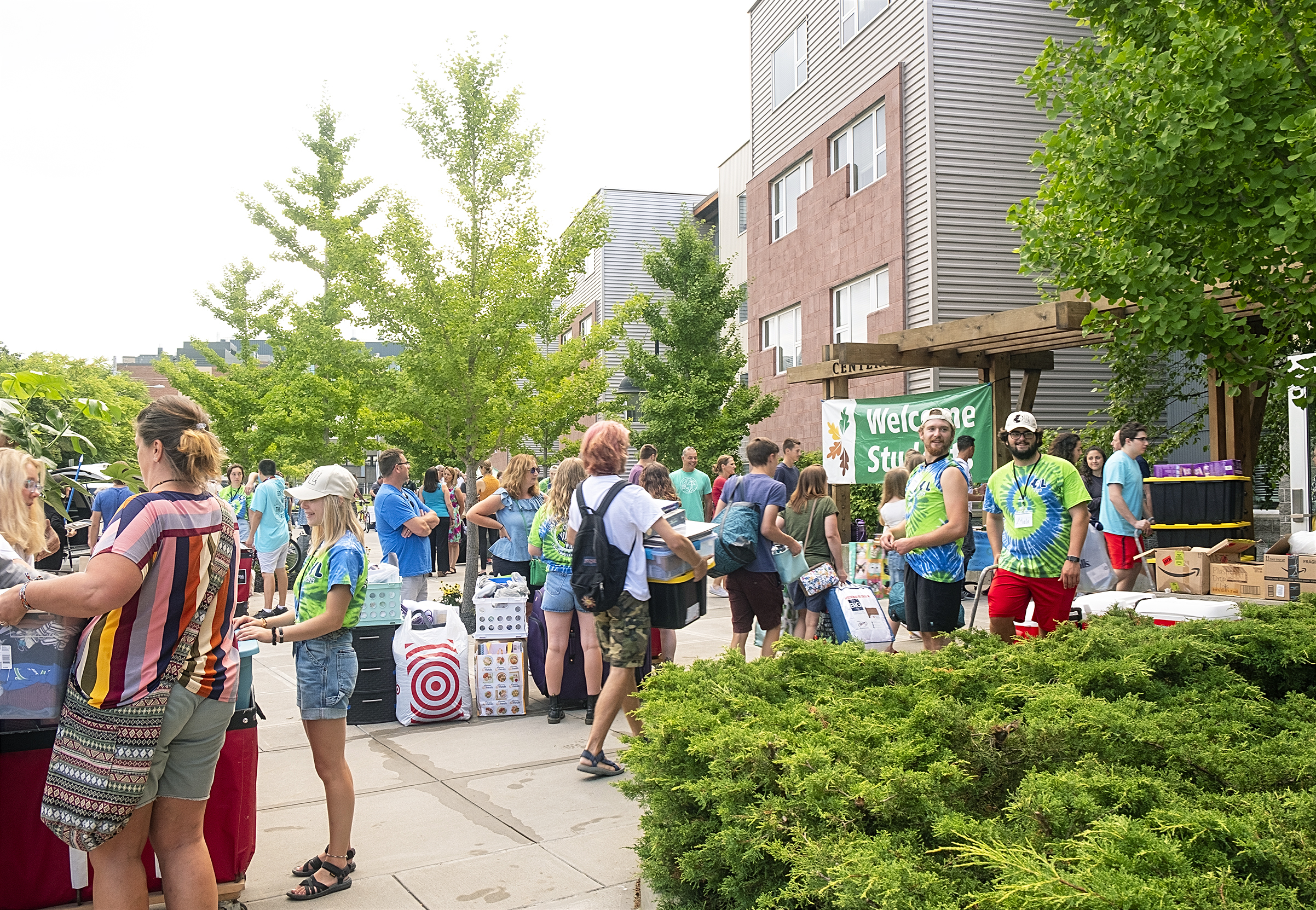 New students move in at Centennial Hall